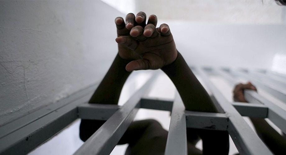 """المقرّر الخاص نيلز ميلزر: """"شبح الفساد"""" يولّد التعذيب وسوء المعاملة"""