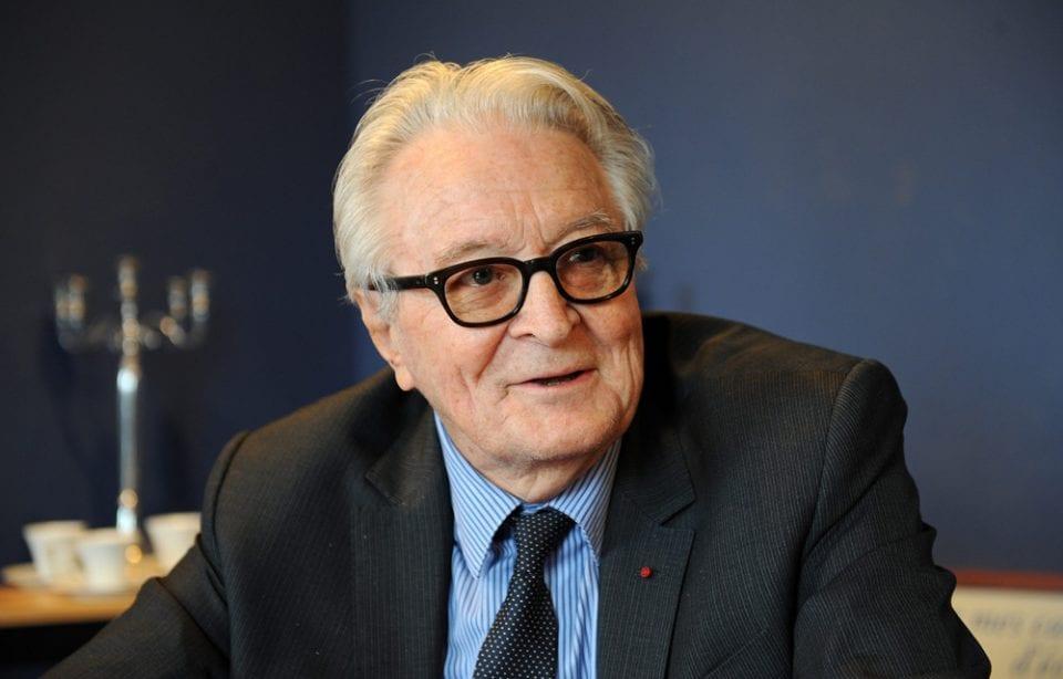 Roland Dumas Roland Dumas, ministre des affaires étrangères de François Mitterrand pendant 7 ans, met les pieds dans le plat