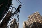 Un ouvrier chinois monte l'échaffaudage d'une future résidence d'habitation