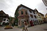 Des visiteurs chinois se promènent dans les rues de la copie conforme de Hallstatt.
