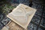 Une personne regarde la maquette de la Canopée qui recouvrira le Forum des Halles, le 21 décembre 2010 à Paris.