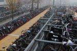 Le parking à vélos de la gare centrale d'Amsterdam est plein malgré ses 10 000 places.