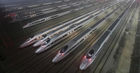Des trains à grande vitesse CRH380 dans un centre de maintenance à Wuhan (Hubei), le 25 décembre 2012.