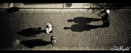 Personnes marchant dans une rue. Crédit Photo : Tim D Photography