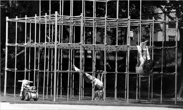 """Les """"cages à écureuils"""" vestiges des aires de jeux d'un autre temps - New York Times"""