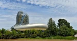 La Cité du Vin de Bordeaux reflète les couleurs de la Garonne / © 2016 AFP