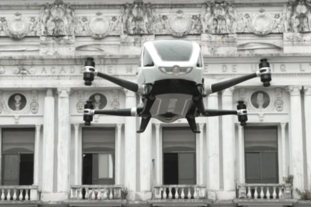 Lors du CES de Las Vegas, le chinois EHang a dévoilé le EHang 184, un quadricoptère capable d'embarquer un passager à son bord. Une fois installé, il suffit d'indiquer sa destination sur une tablette tactile pour y être emmené. Airbus projette de le concurrencer. / © Ehang