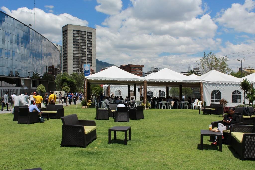 Espace lounge pour un networking réussi dans l'enceinte officielle