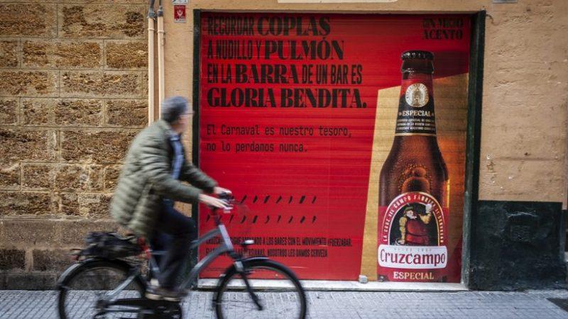 16 bares de Cádiz lucen mensajes «Con mucho acento» en sus persianas