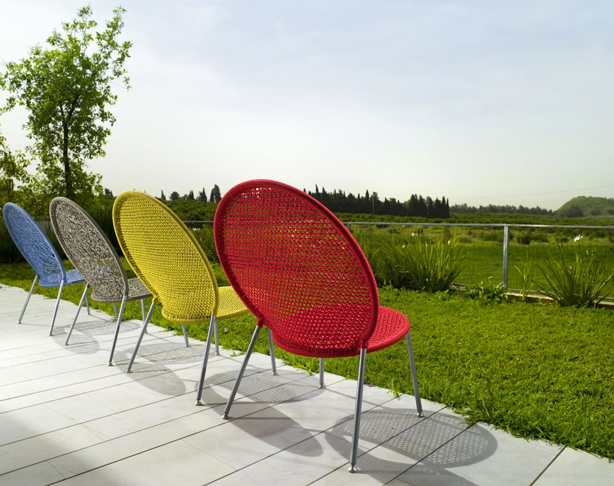 gaga-two-rings-chairs-in-row-outdoors