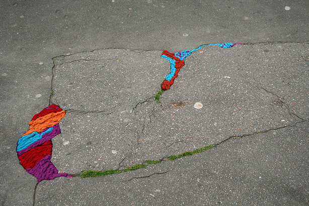juliana-santacruz-herrera-kitted-sidewalk-cracks-urbangardensweb