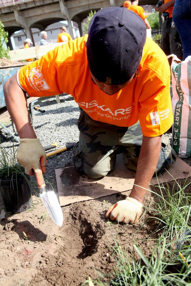 fiskars_pot_community_garden_grants_gardener_urbangardensweb