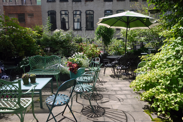 urban_outdoor_garden_seating_nyc_urbangardensweb