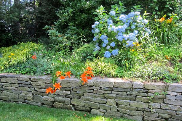 Connecticut-house-and-garden-makeover-dry-stone-wall-robin-plaskoff-horton-urbangardensweb