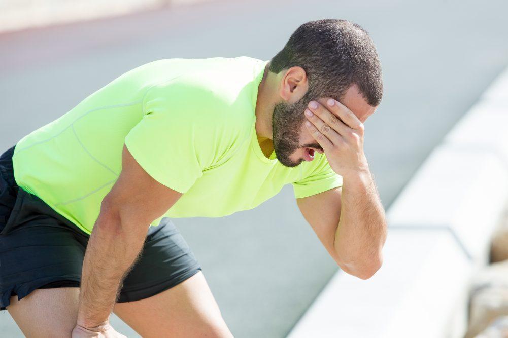 Hombre cansado por fatiga muscular