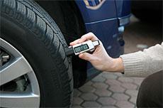 Jauge de profondeur de pneu urgence pneus réparation de pneus sur place Paris.