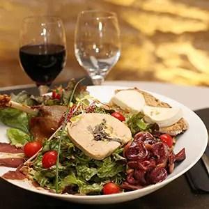 Illustration d'assiette du sud ouest avec foie gras, gésier, cabécou et verre de vin