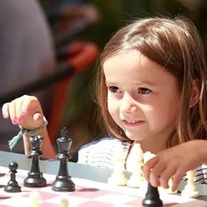 Photo d'une jeune fille jouant aux échecs à Hyères