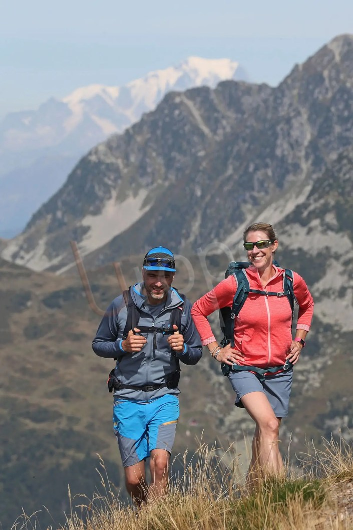 Photo d'un couple en trail au Collet d'Allevard avec le Mont-Blanc en fond
