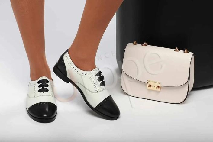 Photo Packshot de chaussures de femme avec de petits objets en studio