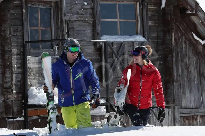 Publicité pour la marque Peak Mountain et les masques Loubsol avec un couple au ski