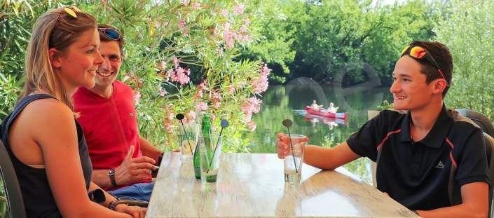 Famille devant la Dordogne