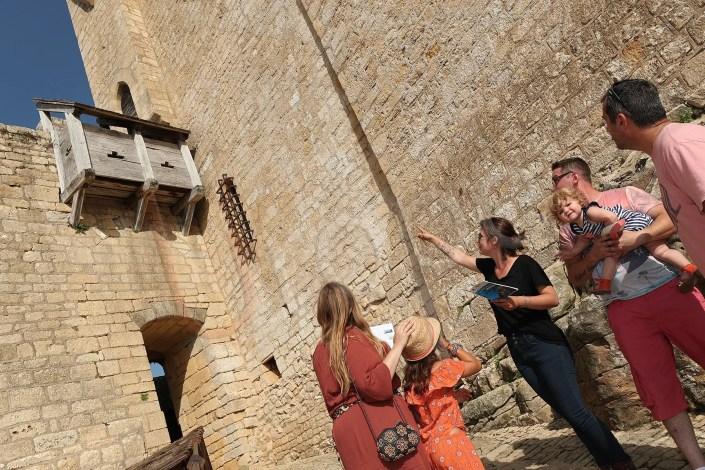 Image d'une visite guidée au château de Beynac