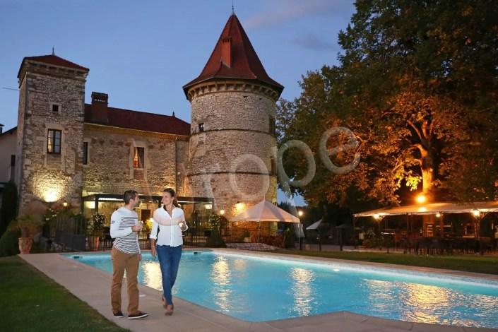 Photographie d'illustration du château Cornu en Isère devant la piscine