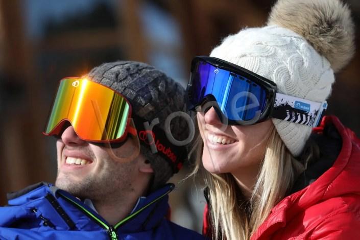 Couple de jeunes personnes au ski pour une publicité