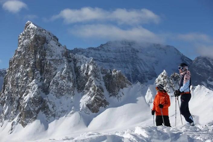 Deux skieurs regardent le paysage à Tignes sous la neige