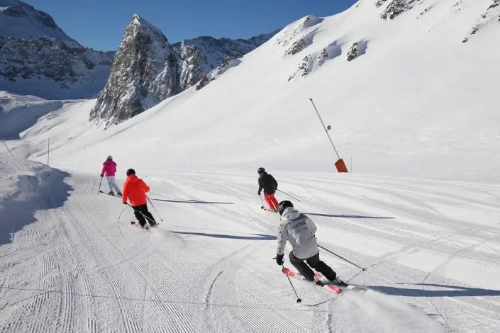 Skieurs sur les pistes damées de Tignes