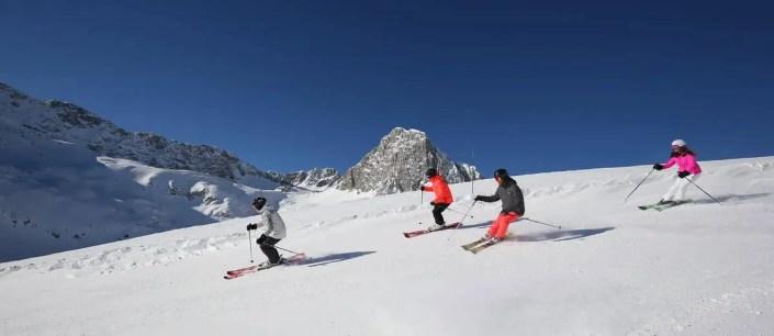 Groupe de skieurs sur une photo panoramique
