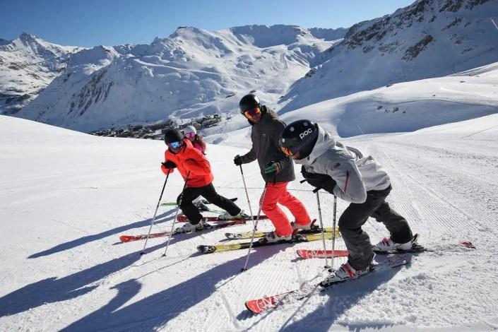 Groupe de personnes en ski avec vue sur Tignes