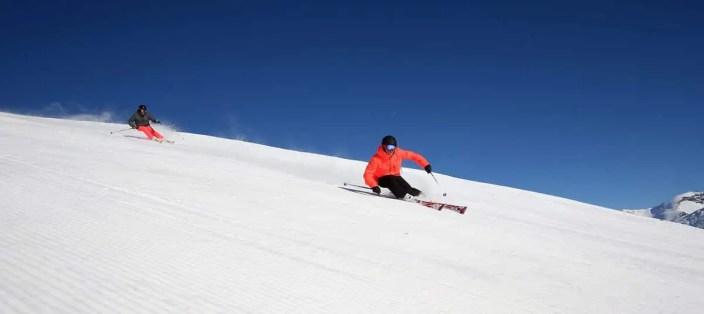 Photo panoramique de skieurs en course sur les pistes de Tignes