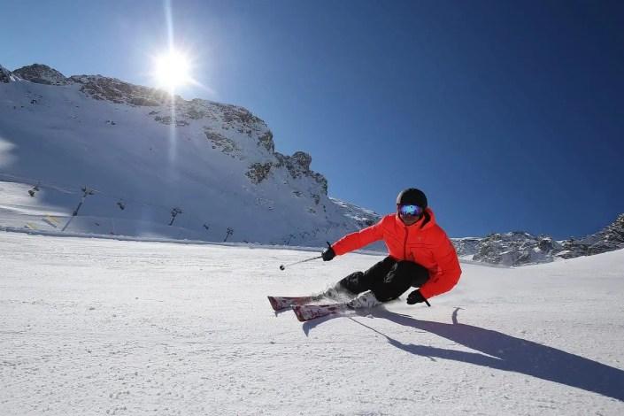 Skieur à contrejour sur les pistes de Tignes
