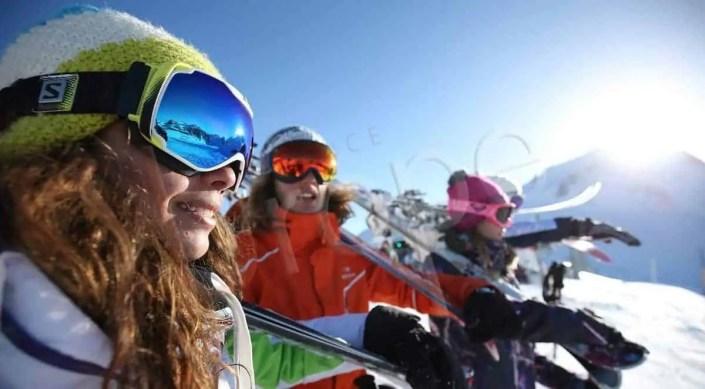 Vue d'un masque d'une skieuse sur les pistes