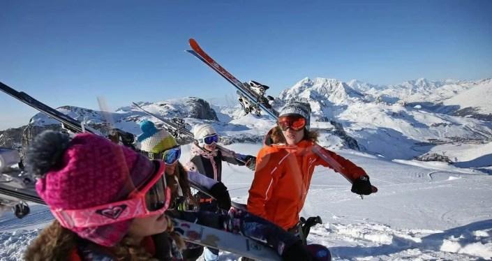 Vue de Tignes avec un groupe de skieurs en premier plan