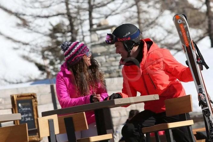 Portrait d'un couple attablé à à Val d'Isère