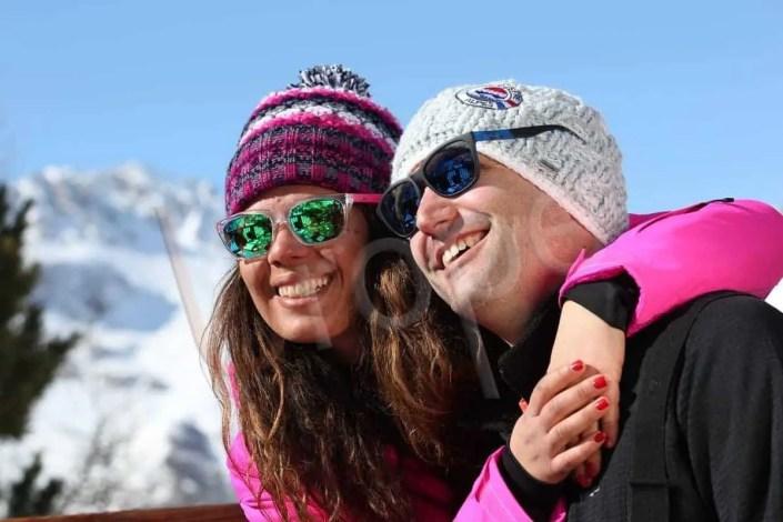 Portrait d'un couple en bonnet et lunettes à Val d'Isère