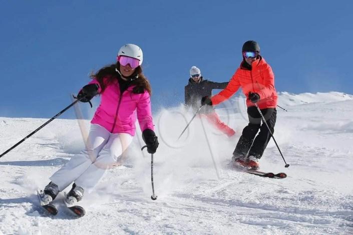 Image d'un groupe de skieurs sur les pistes damées de Val d'Isère