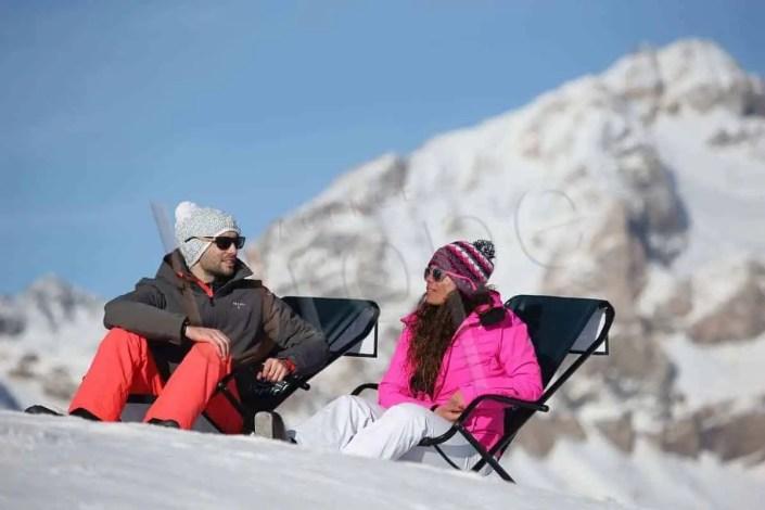 Photo de deux personnes sur des transats à Val d'Isère