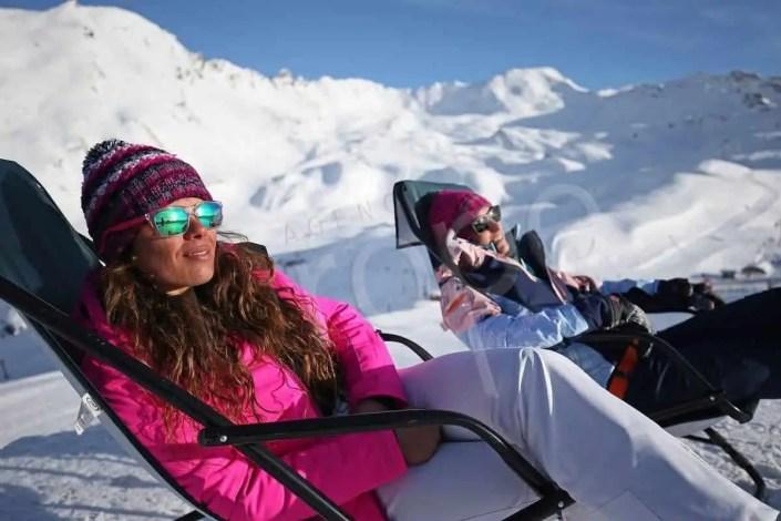 Prise de vue sur les pistes de Val d'Isère avec deux personnes sur un transat