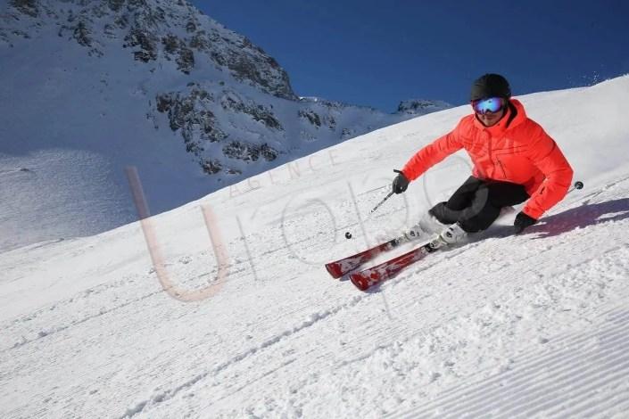Photographie d'un skieur sur piste damée à Val d'Isère