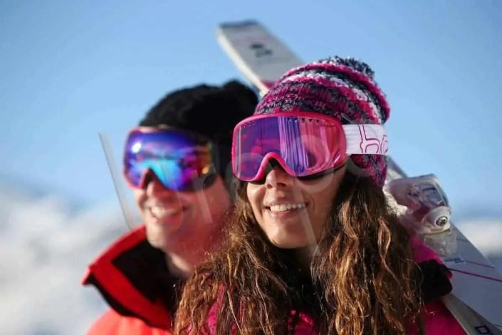 Portrait de femme avec bonnet et masque au ski