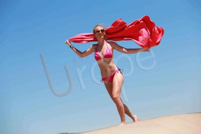 Jeune femme sur la plage à Narbonne