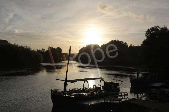 Gabare sur la Dordogne en contre-jour à Beynac