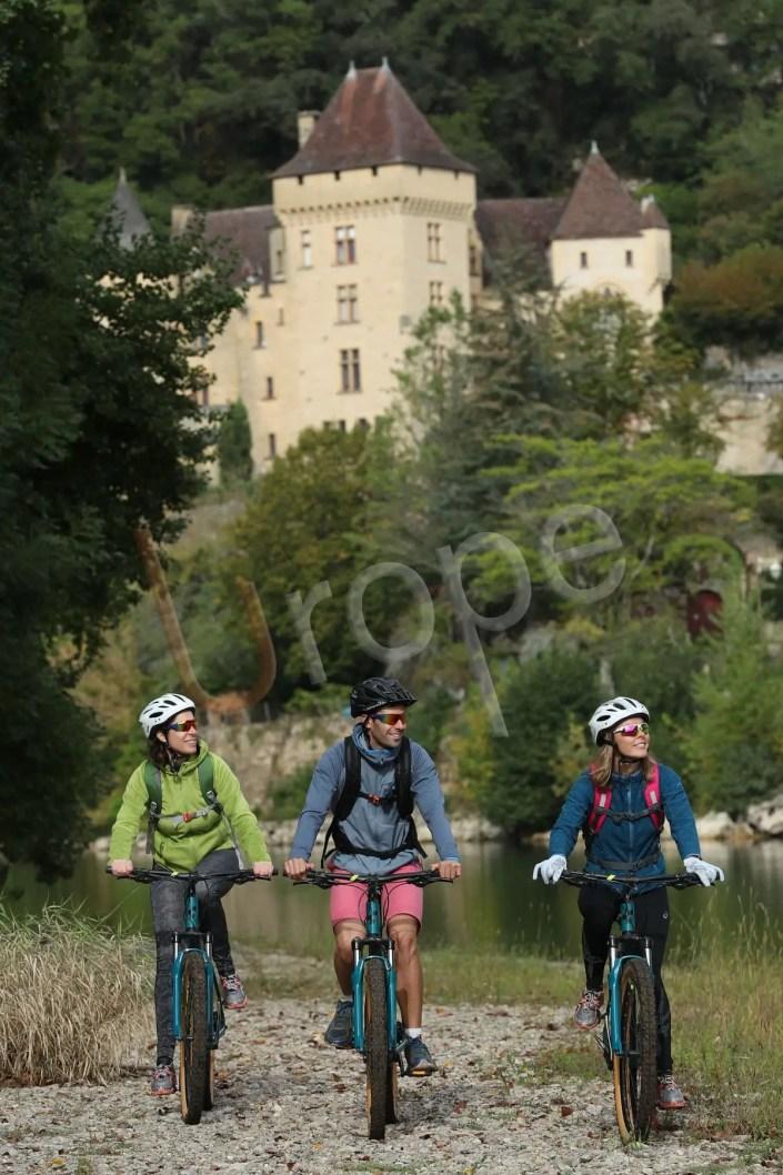 Photo d'un groupe de VTT devant le chateau de la Malartrie à la Roque-Gageac en Périgord Noir