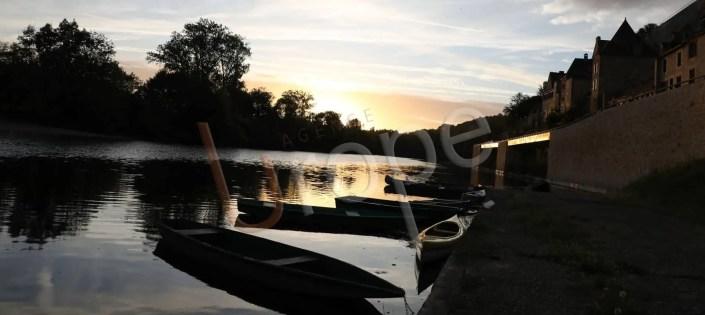 Beynac en contre-jour avec des bateaux sur la Dordogne