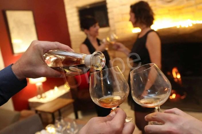 Image de deux verres qui trinquent pour le jour de l'an