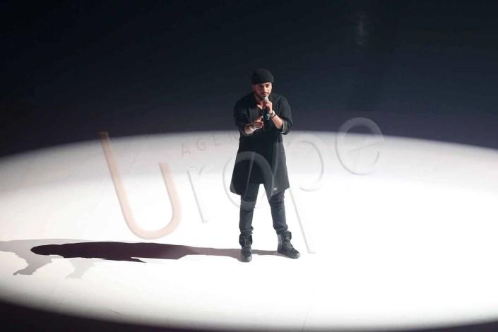 Photo du chanteur Slimane lors d'un concert sur la glace de l'Aren Ice